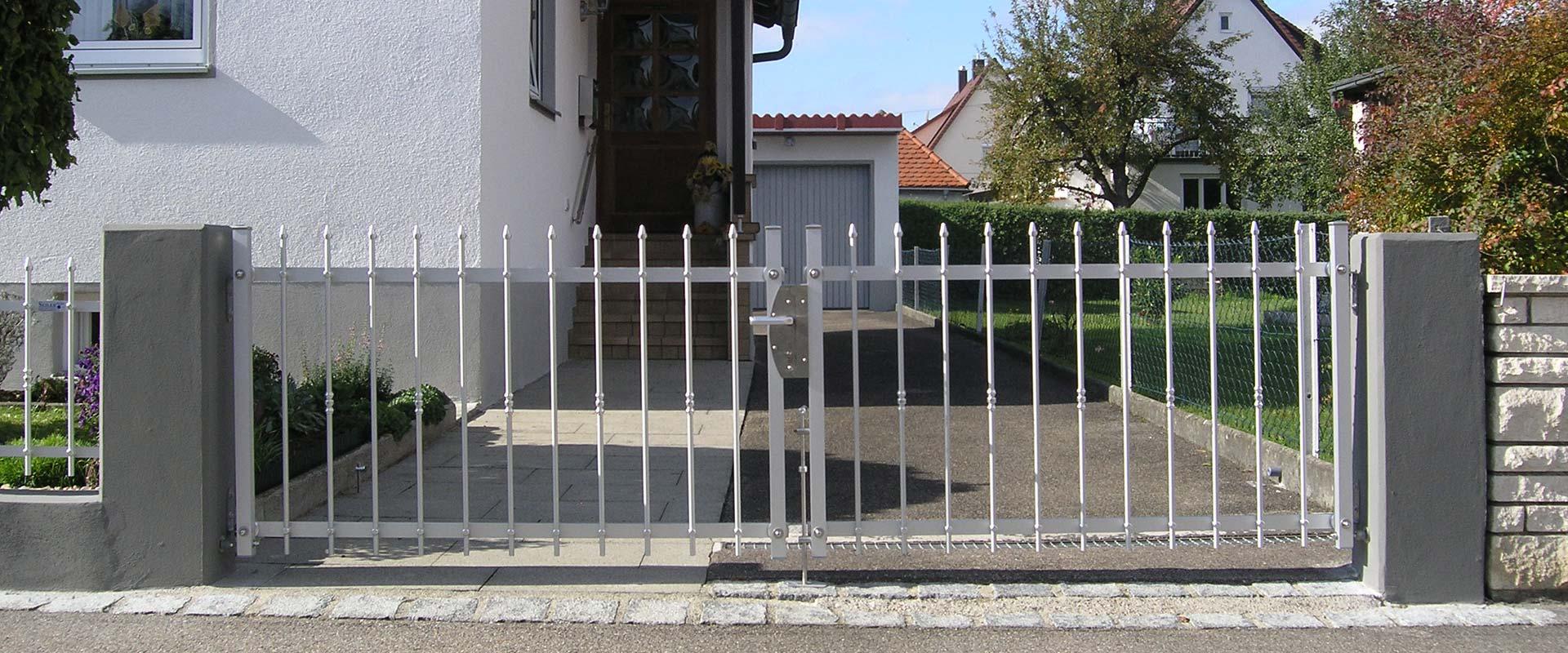 Tor Hofeinfahrt aus Metall - Drehtor für Metallzaun auf Maß gefertigt