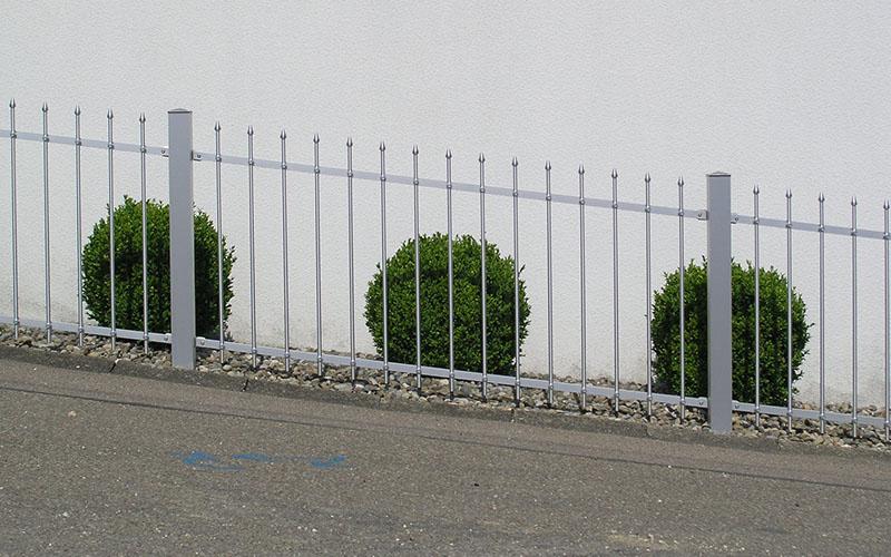 Zaun auf schrägem Gelände
