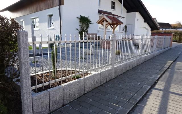 Zaunfelder mit Granitpfosten kombiniert
