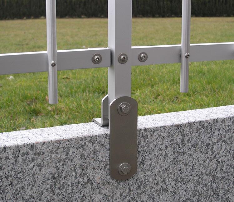 Zaun auf Randstein befestigen