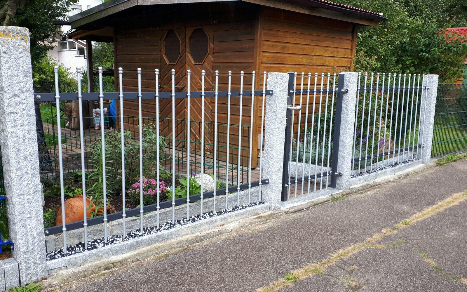 Der moderne Zaun BRILLANT in 2-farbigem Design passt auch gut zu rustikalen Granitstehlen